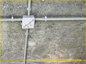 Электрокабель в гофре закреплен под потолком в квартире