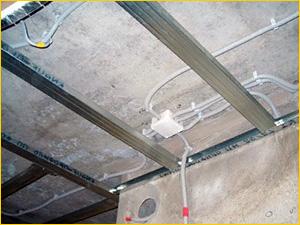 Прокладка проводки под потолком из навесного потолка из гипсокартона