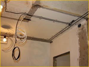 Прокладка новых электрических кабелей под потолком в квартире