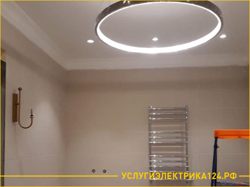 Установка потолочной люстры в ванной комнате