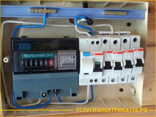 Установленный электросчетчик на частном доме и коттедже