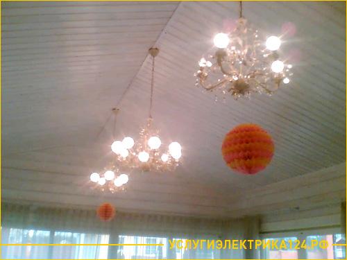 Установка светильников и люстры на потолке в частном доме
