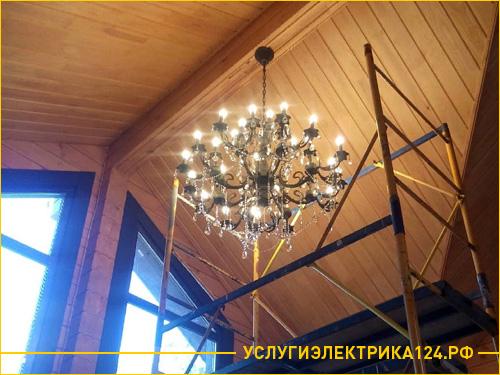 Подключение большой люстры в частном деревянном коттедже