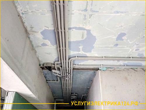 Прокладка электрических кабелей по потолку в коридоре