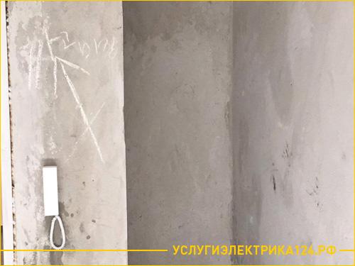 Стена до установки распределительного щитка в коридоре