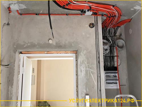 Стена в коридоре после установки электрощетка с проводкой
