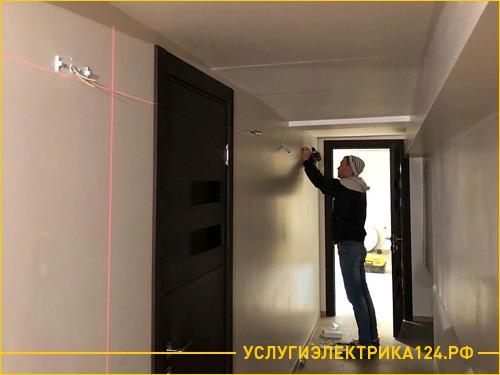 Монтаж светодиодных бра в коридоре с помощью лазерного уровня