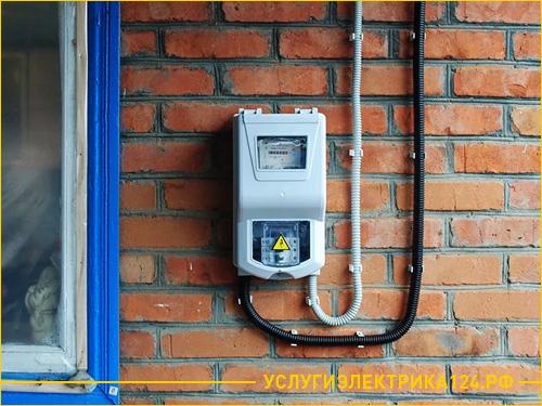 Установленный на улице электросчетчик на частном доме