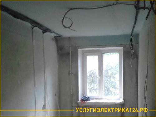 Процесс прокладывания новой проводки в комнате