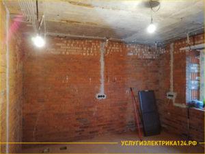 Гостинная комната с намеченными местами под розетки