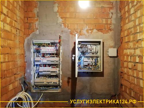 Электрощитовая на кирпичной стене в частном доме