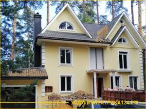 Двухэтажный кирпичный дом с мансардой в лесу