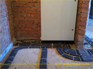 Распределительный щит с электропроводами по полу