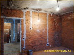В кирпичной стене установили розетки и выключатели