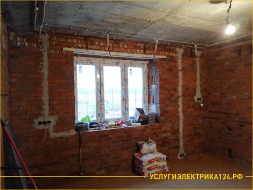 Кирпичный дом с пластиковым окном и проштробленными розетками