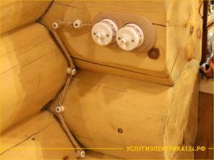 Керамические выключатели света на стене деревянного дома