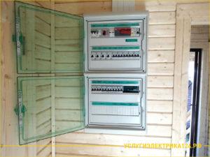 Установка электрощитка в деревянном доме
